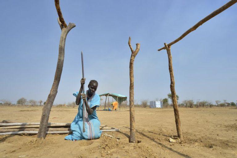 Porträt: Abud Tong baut einen Schutz für sich in einem Camp für Intern Vertriebene in Turalei im Südsudan. Die meisten Geflüchtete schlafen ungeschützt unter freiem Himmel oder unter Bäumen.